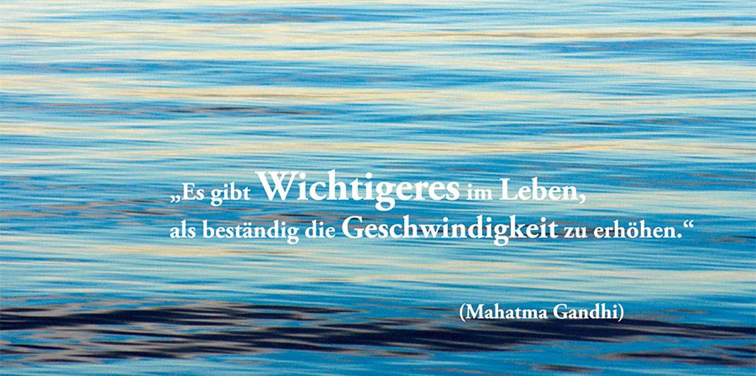 Zitat von Mahatma Gandhi  Postkarte Relax your work